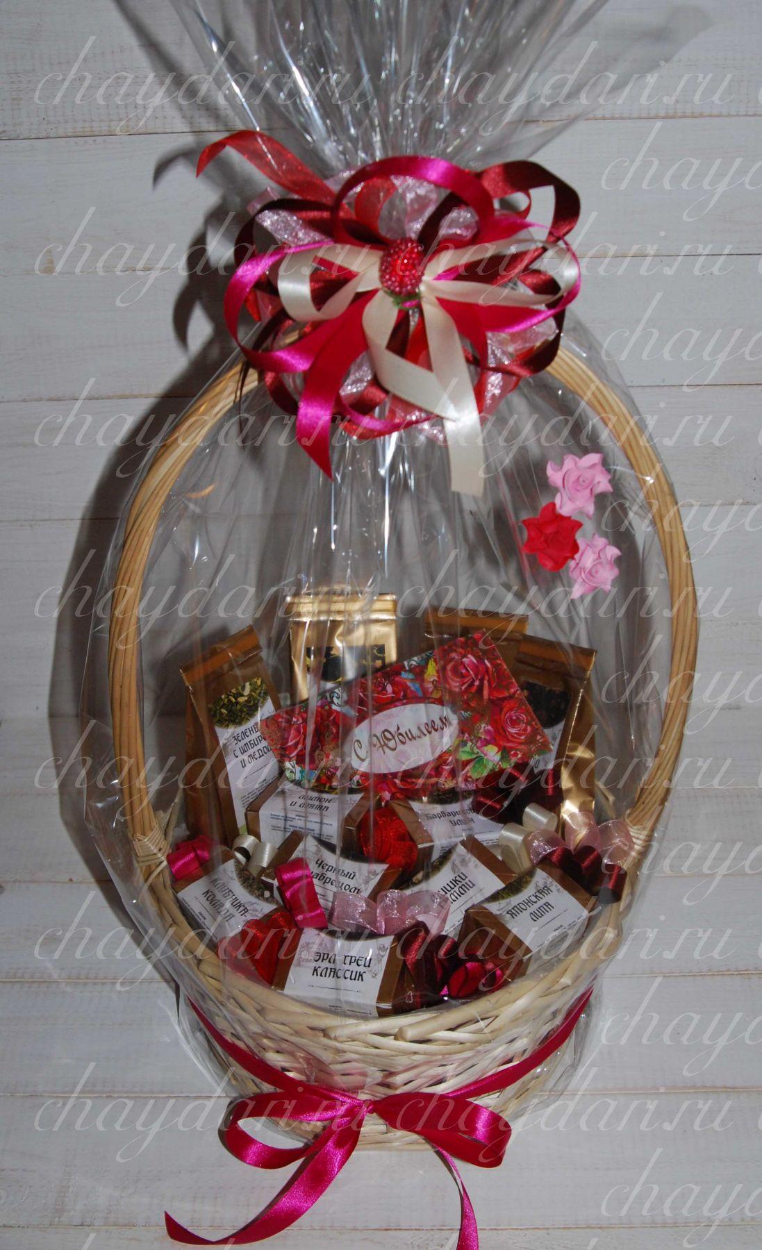 Как украсить подарок конфеткой